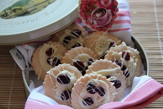 beyaz çikolatalı yaban mersinli kurabiye