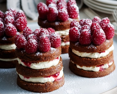 kremalı mini böğürtlentli kekler