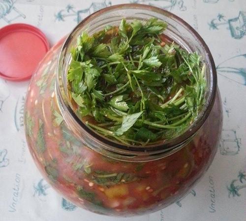 kolay domatesli kıvırcık acı biber turşusu